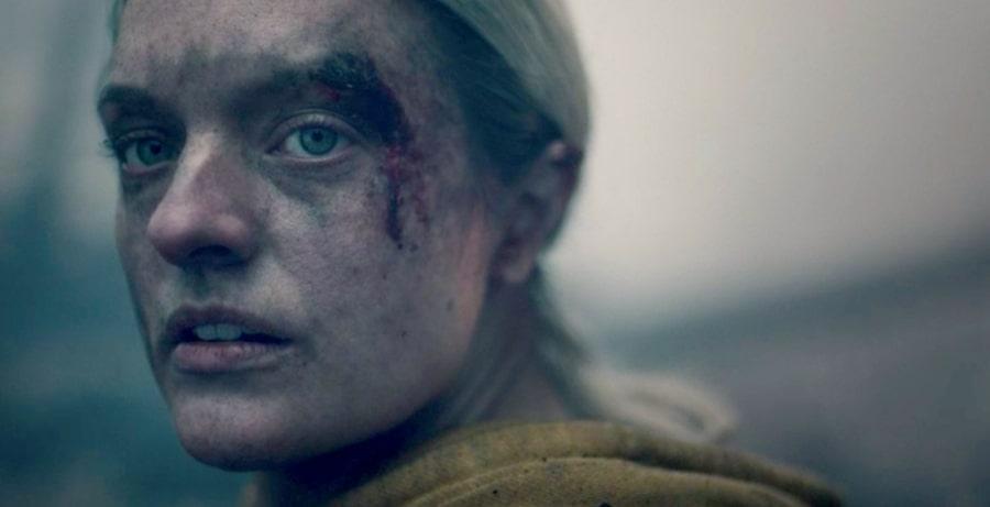 The handmaid's tale: Elizabeth Moss in una scena della quarta stagione