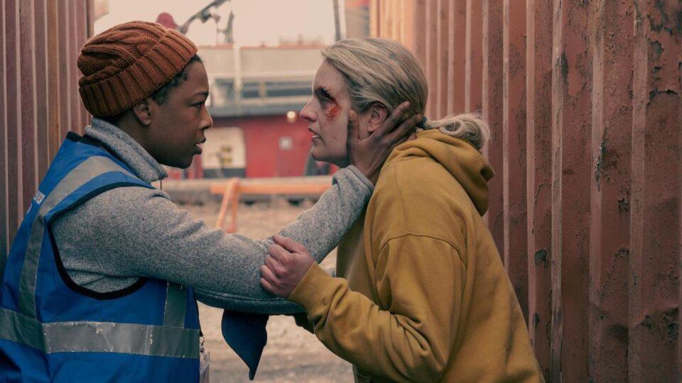 The handmaid's tale: Elisabeth Moss e Samira Wiley in una scena della serie