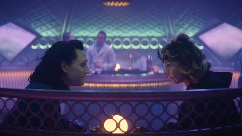Loki: Tom Hiddleston e Sophia di Martino in una scena della serie