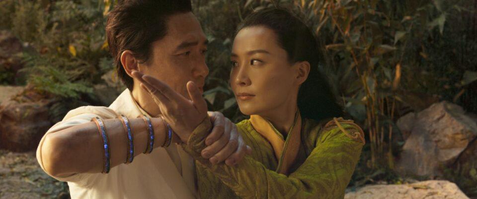 Shang-Chi: Tony Leung e Fala Chen in una scena del film