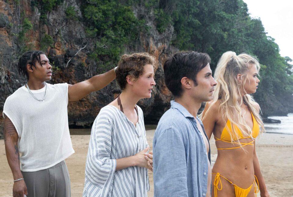 Old: Sedan (Aaron Pierre), Prisca (Vicky Krieps), Guy (Gael Garcia Bernal) e Chrystal (Abbey Lee) sulla spiaggia in una scena del film