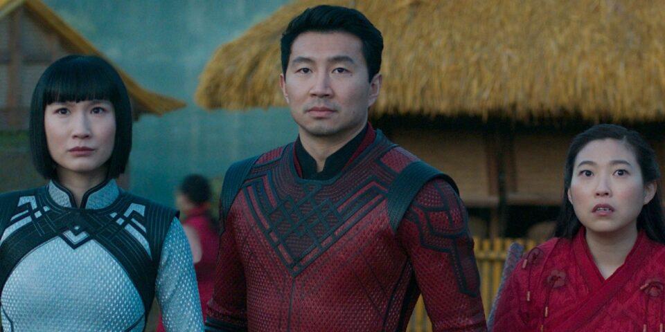 Shang-Chi: Simu Liu, Awkwafina e Meng'er Zhang in una scena del film